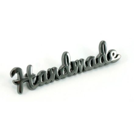 """""""Handmade""""-skylt till väskor & necessärer i råjärn (16062)"""